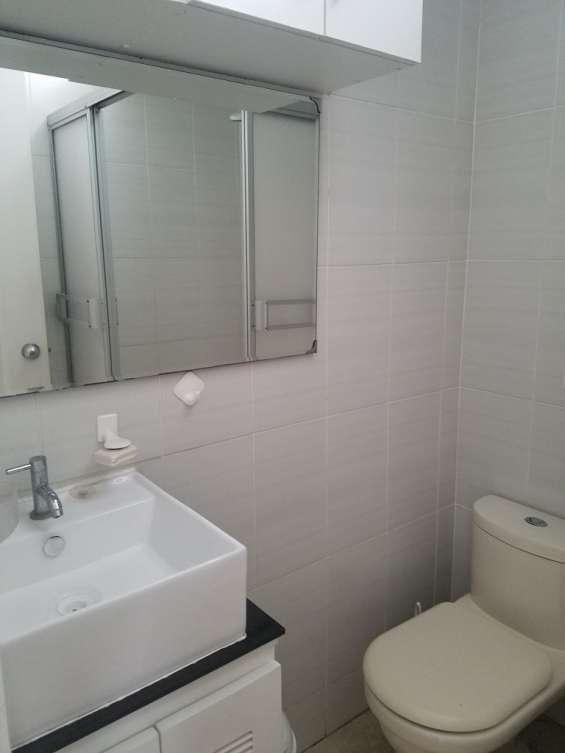 Baño con espejos y ducha con calentador